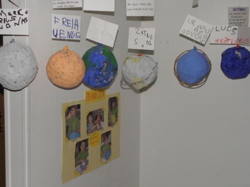 Barnen ställer ut sina rymdalster och föräldrar och mor- och farföräldrar fikar rymdmuffins.